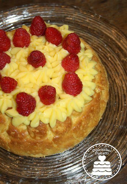 Torta babà con crema pasticcera e lamponi