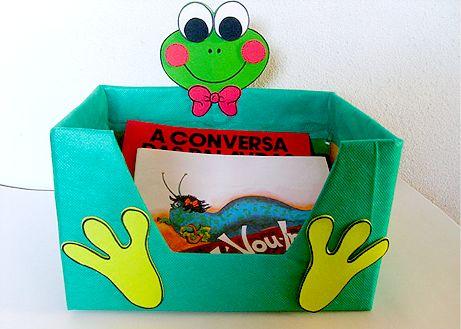 Oi gente!!!     Já postamos aqui um tempo destes em cantinho da leitura feito com caixa de papelão, com um menininho segurando a caixa... e...