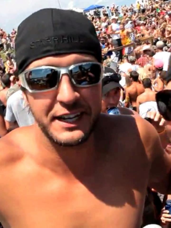 SHIRTLESS LUKE BRYAN YUMMY!