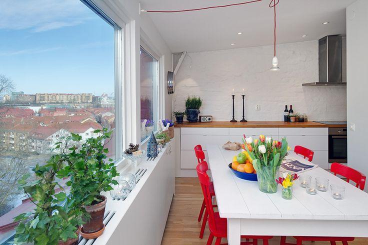 Эта небольшая квартира площадью всего 56 кв.м. расположена на пятом и последнем этаже здания в центральном районе Линнестаден города Гетеборг, Швеция. Она представлена спальней с двумя гардеробными и гостиной открытого плана, объединенной с кухней. Большие окна выходя на две стороны и обеспечиваю...