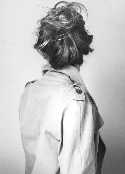 Trench-coat col relevé + chignon coiffé/décoiffé = le bon duo