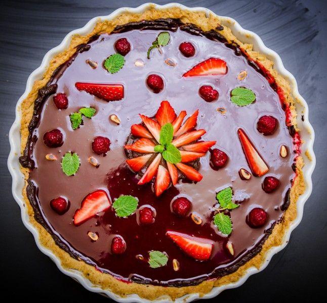 Tartă cu ciocolată neagră, ardei iute și zmeură - KissTheCook #tart #chocolate #raspberry #strawberries