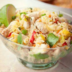 Ryż smażony z kurczakiem, jajkiem i warzywami (tartą marchewką i porem)