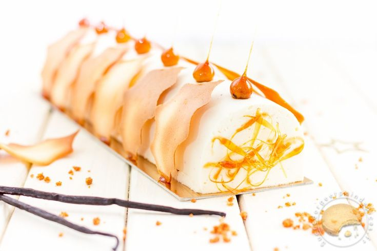 Bûche de Noël : ganache montée à la vanille, crémeux au caramel, craquant spéculoos et biscuit amande. Tuiles feuilles de houx et noisettes caramélisées