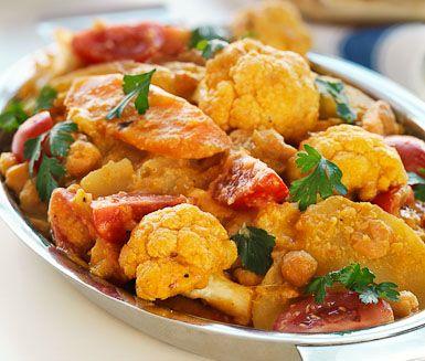 Har du en vegetarian i sällskapet som du ska bjuda på middag är den här indiska grytan optimal att servera. Spänstiga grönsaker sveps in i en smakrik kormasås. Servera den färgsprakande rätten med naanbröd och alla gäster kommer att bli belåtna.