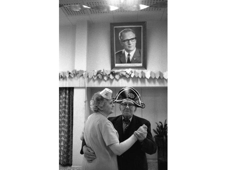 Mit Erich ins neue Jahr:  Zwei Senioren tanzen an Silvester 1981.