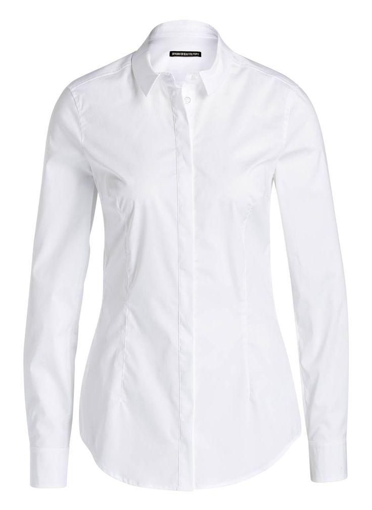 Die cleane Hemdbluse LIVY von DRYKORN ist ein Business-Klassiker und doch so viel mehr. Ihr unaufdringliches Design mit Hemdblusenkragen und verdeckter Knopfleiste erlaubt Ihnen zahllose Kombinationen, sei es ganz sachlich mit Hosenanzug oder aber mit Chino und Sweater für einen Preppy-Look im Sixties-Flair. Die stretchige Baumwoll-Popeline und der feminin taillierte Schnitt sorgen dazu für besten Sitz.Details:Taillierter Schnitt Abnäher auf Vorder- und Rückseite Hemdblusenkragen Verdeckte…