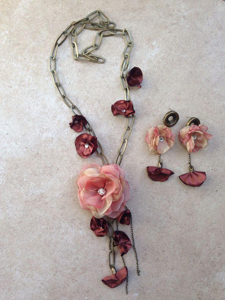 Collar y aros de flor en gasa