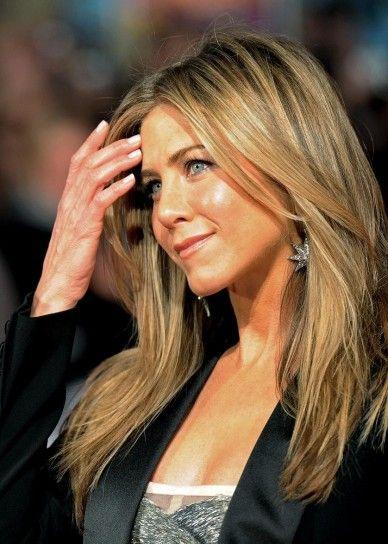 Jennifer Aniston capelli lisci e scalatiCapelli lisci e scalati effetto seta tra i tagli primavera estate 2015.
