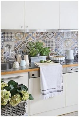 Cozinha Branca Com Ladrilhos Hidráulicos