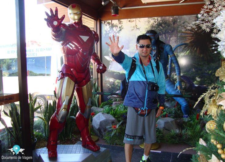 Fazendo pose de super herói no museu de cera DreamLand em Gramado.  DreamLand is a brazilian museum that contains wax models of famous people.