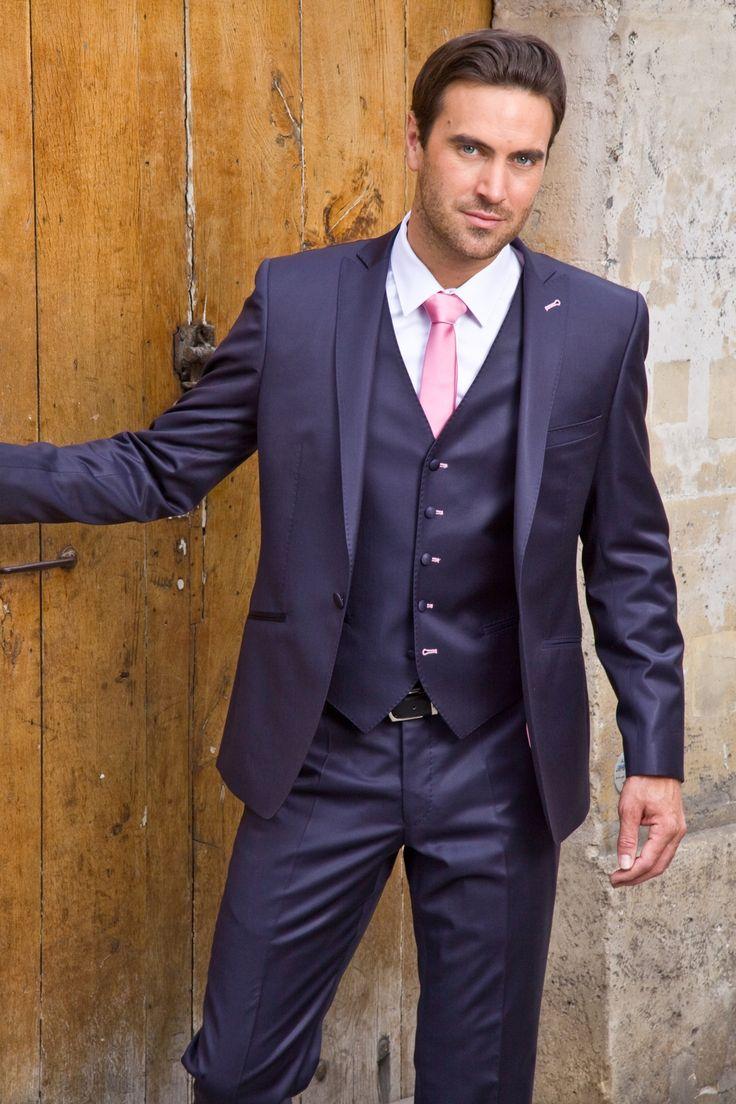 Costume bleu cravate rose