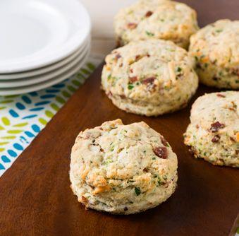 Essayez cette délicieuse recette de Scones au bacon et au fromage asiago dès aujourd'hui !