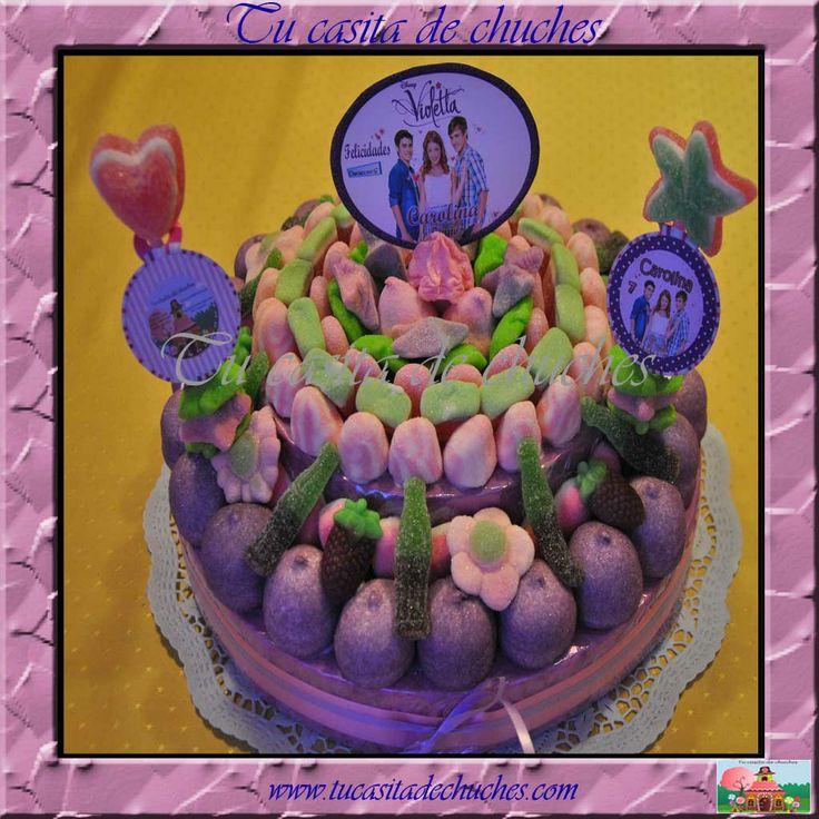 Tarta de chuches personalizada Violetta. Posibilidad de incluir tu tarjeta o dedicatoria. Elaborada sin palillos. Sin gluten. Se elaboran bajo pedido. Consultar recogidas o envíos en www.tucasitadechuches.com