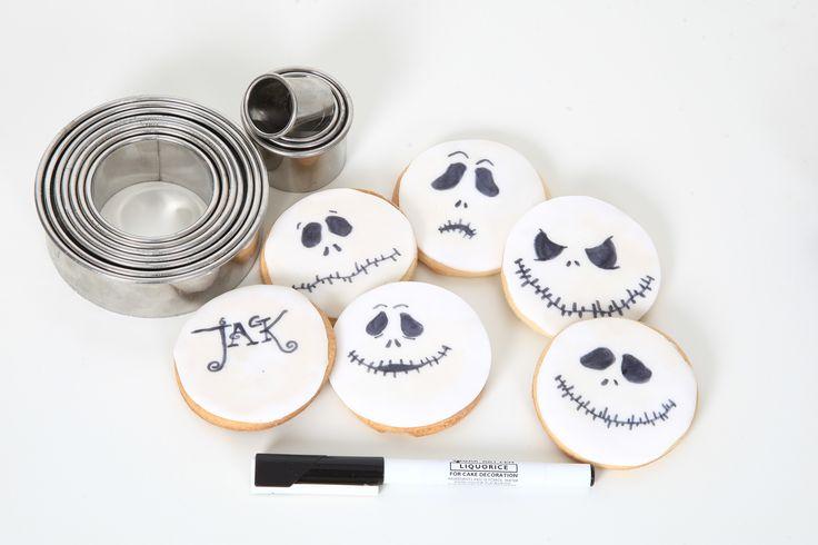 Skelleton Jack-cookies! En rund kaka, stick ut sockerpasta, marsipan eller modelleringschoklad (recept finns i vår senaste inspirationskatalog) med samma runda utstickare och måla med karamellfärg på penna. Perfekt Halloweenpyssel för både stora och små. Boka ett homeparty idag för fler halloweentips!  #halloween #cookies #dekoreradkaka #homeparty #bokavisning #blikonsulent #älskabakning #tårta #muffins #cakepops #cupcakes
