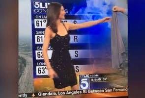 Stesen TV dikecam beri kardigan kepada penyampai cuaca pakai gaun tidak berlengan   Stesen TV dikecam beri kardigan kepada penyampai cuaca pakai gaun tidak berlengan    SEBUAH stesen televisyen yang berpangkalan di Los Angeles Amerika Syarikat menerima kritikan hebat selepas salah seorang penyampai wanita diberi baju kardigan untuk menutup pakaiannya ketika bersiaran langsung pada Ahad lalu.  Laporan kaji cuaca yang disiarkan secara langsung oleh pengacara Liberte Chan diganggu oleh pembaca…
