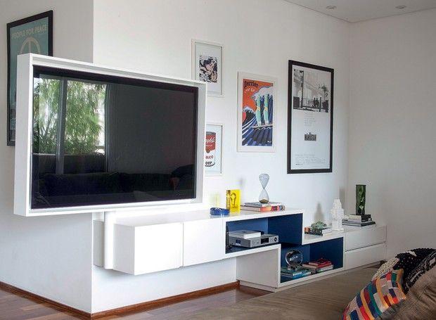 Com as televisões fixas na parede e a diminuição de dispositivos – quem ainda usa videocassete, DVD ou qualquer outro aparelho nos tempos de Smart Tv? – o rack perdeu a função. Que tal desocupar uma parede inteira e optar por um painel, que é menor e ainda abriga a TV e os pequenos dispositivos?