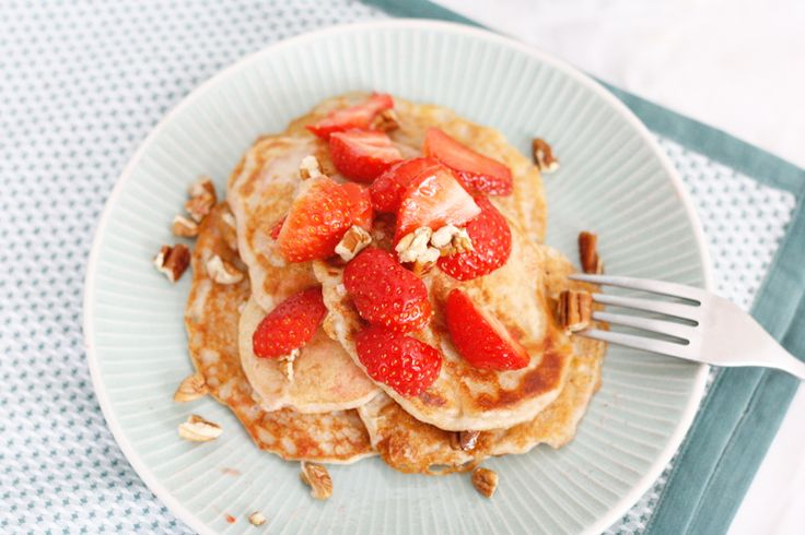 Oh hallo héél erg lekker pancake-ontbijt zonder lading suiker en boter. Hóe anders wil jij het weekend beginnen? Niet. Juist :-) Echt ik smeek je om dit een