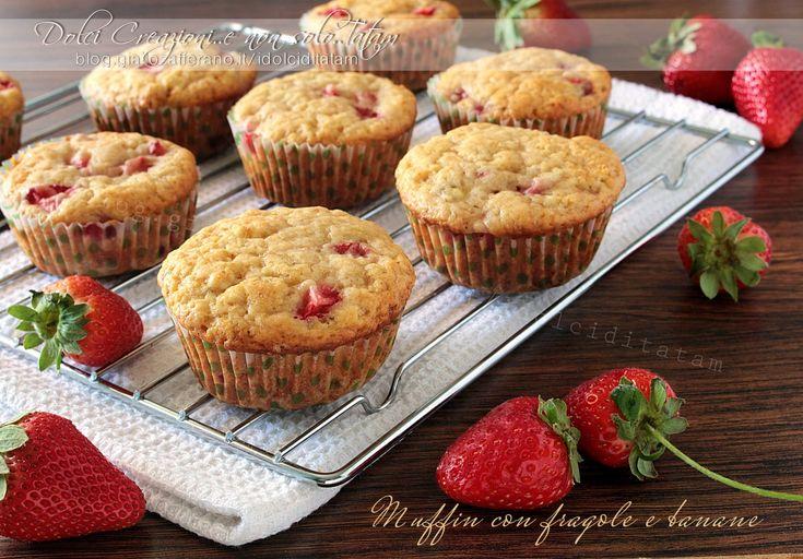 Ricetta Muffin con fragole e banane: soffici e deliziose piccole tortine mono porzione, dall'aspetto rustico, ricche di frutta, leggermente umide.