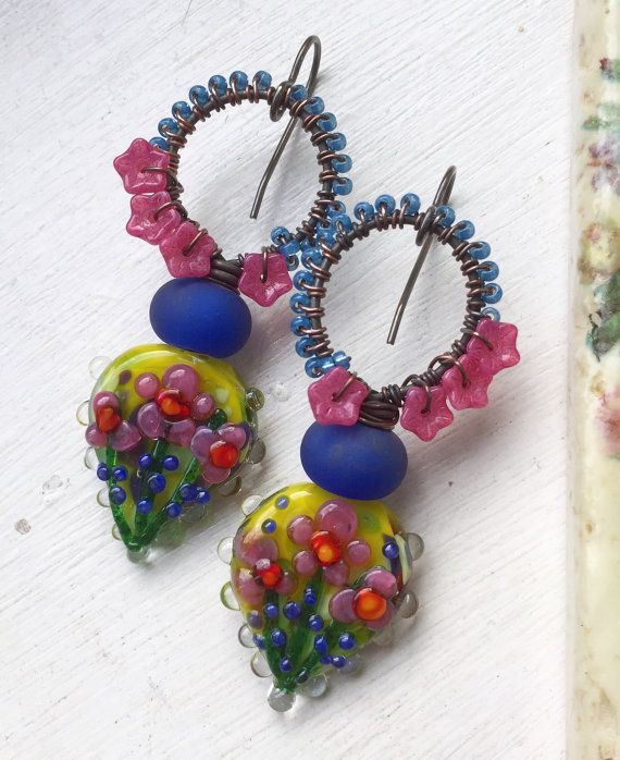 Handgemaakte oorbellen door mij met behulp van de volgende onderdelen:  Lampwork headpins (Pati Walton), lampwork rondes, Tsjechisch glas bloemen, zaden en messing oor draden (lood en nikkel vrij)  Lengte: net iets meer dan 2 1/2 met inbegrip van oor draad  Beleid hier: https://www.etsy.com/uk/shop/ButtonedUpBeads/policy  Rest van de winkel hier: https://www.etsy.com/uk/shop/ButtonedUpBeads?section_id=all