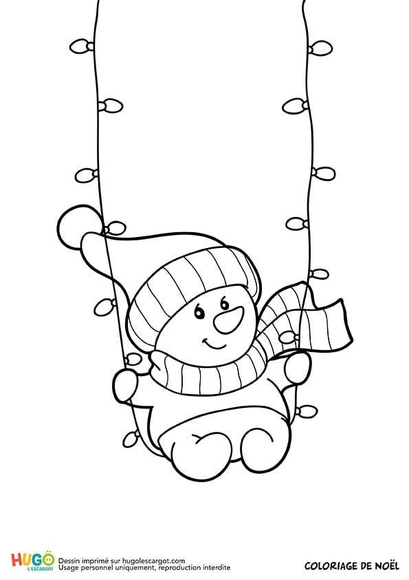 Assis Sur Une Guirlande De Noël Un Petit Bonhomme De Neige Fait De