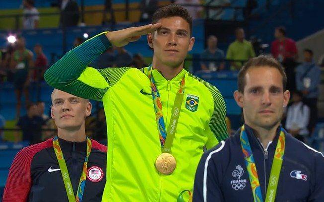 Thiago Braz recebe medalha de ouro no salto com vara. Foto: Reprodução/Twitter