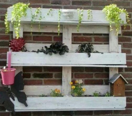 Maak gratis rekken voor je plantjes. Doe het zelf voorbeeld, plantenrekje van een pallet met white wash afwerking. Hangende eco tuintjes die niets kosten.