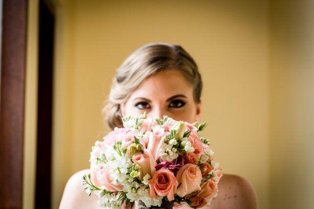 Bouquet de tonos claros para un matrimonio de día http://www.velodevainilla.com/2016/08/10/claudia-y-alvaro-matrimonio-detallista-al-aire-libre/