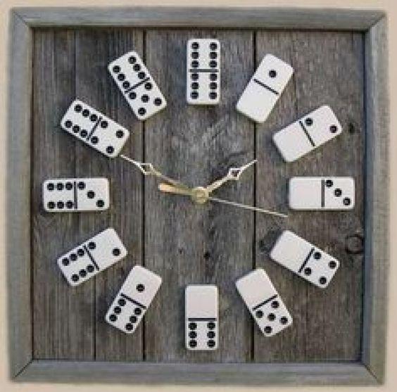 Créez une horloge originale en recyclant des dominos! C'est l'idée déco du samedi! Une horloge DIY Réalisez une jolie horloge en recyclant des dominos qu