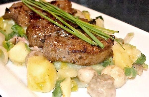 Recept na Vepřová játra s teplým bramborovým salátem se slaninou a žampiony