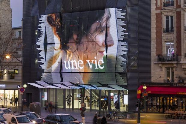 Voici le complexes de cinémas Gaumont-Pathé Alésia situé Avenue du Général Leclerc à Paris (France). Entièrement rénové, le concept est signé par l'architecte Française Manuelle Gautrand (Manuelle Gautrand Architectes). La façade est équipées d'un mur Led Creative de 19m de largeur par 12 mètre de hauteur rapellant les images de Broadway. L'ensemble des espaces intérieurs sont également équipés de Led.