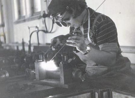 Sota tasoitti naisten tietä miesvaltaisille aloille. Hitsaaja Kerttu Majaluoma Porin konepajalla vuonna 1953.