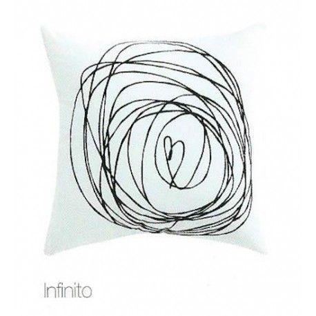 Cojín Infinito. Conoce otro de los cojines de la nueva gama de Mequierovivir. En este caso nos encontramos antes un original dibujo que de manera artística simboliza el infinito y el amor con trazos simples sobre un fonde blanco de suave algodón.