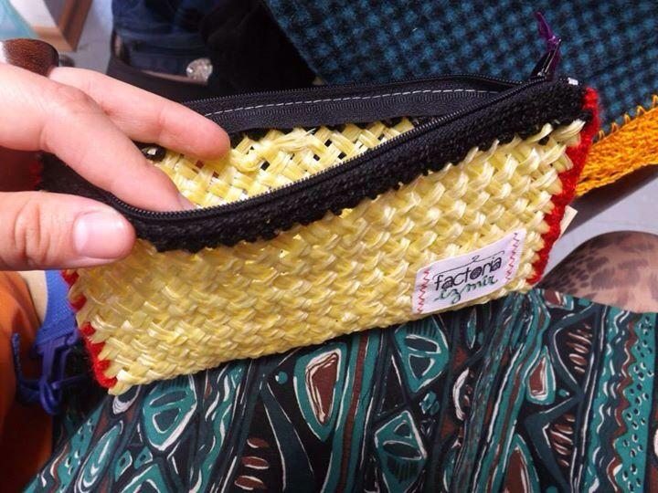 Estuche hecho por Factoría Izmir, de hilo nylon en telar.