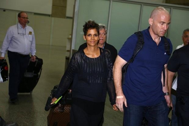 Jetss | Grávida, Halle Berry chega ao Rio de Janeiro