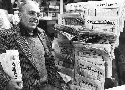 Luigi Malerba, pseudonimo di Luigi Bonardi (Berceto, 11 novembre 1927 – Roma, 8 maggio 2008), è stato uno scrittore e sceneggiatore italiano. Ha fatto parte della neoavanguardia sperimentalista del Gruppo 63. Tra i suoi romanzi più noti si ricordano: La scoperta dell'alfabeto, Il serpente, Salto mortale, Dopo il pescecane, Testa d'argento, Il fuoco greco, Le pietre volanti e Itaca per sempre. Ha inoltre scritto con Tonino Guerra storielle per ragazzi e bambini.