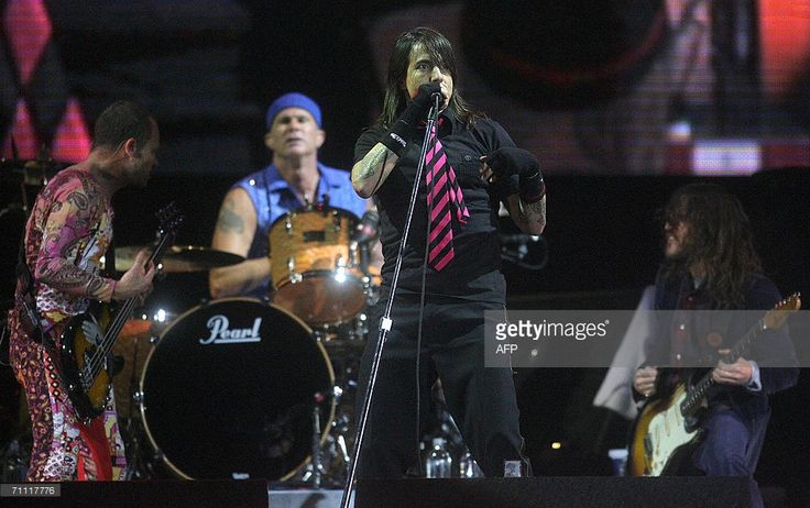 Anthony Kiedis (C) and his American band Red Hot Chili Peppers perform on the fourth day of Rock In Rio festival at Bela Vista park in Lisbon 03 June 2006.
