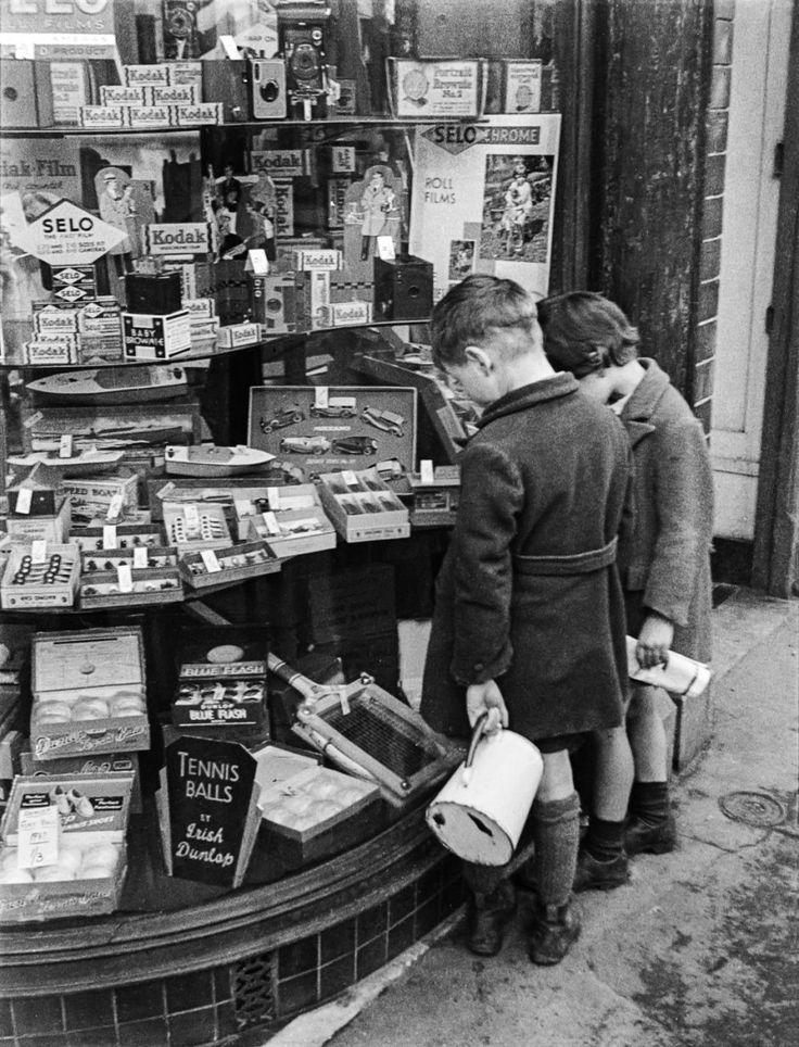 Window-shopping on Grafton Street, 1927.