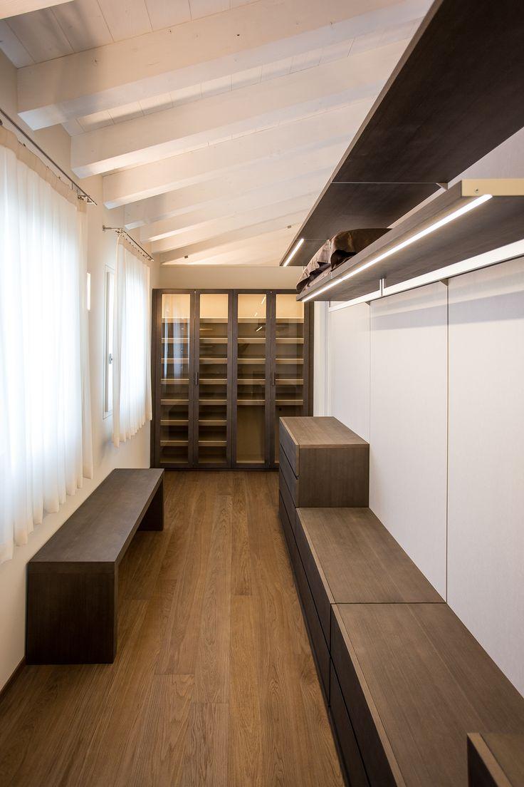 Cabina armadio ad uso della camera padronale di residenza privata | Armonia Interni Srl