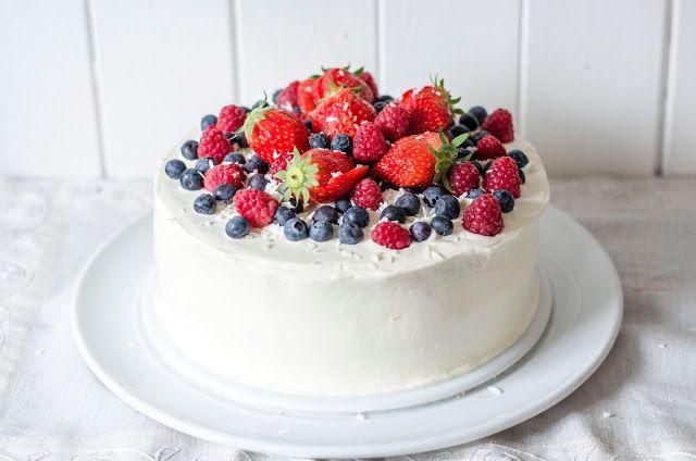 17. mai-kake med creme fraiche og friske bær