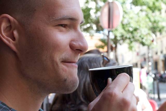 Joel njuter av en god espresso på en uteservering i Paris.