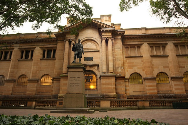 The Mitchell Library from Macquarie Street with the statue of Matthew Flinders front and centre