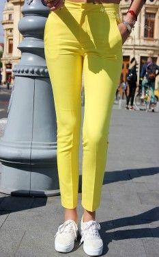 Acesti pantaloni sunt si pe urmatoarele culori : nude, bleumarin, albastru, kaki. Pantaloni eleganti conici. Material : Bumbac + polyester+lycra Au talie medie spre inalta, prezinta betelie lata de 4 cm. Inchidere pe baza fermoar, nasture si clips ascuns. Buzunare fata in diagonala. Buzunare spate. Pozele au fost realizate pe strazile din Bucuresti. Modelul poarta marimea S. Stilistul JukaFashion.ro in recomanda in tinute casual si office