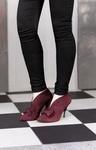 Die Myfashiondiary.com Bloggerin Talla Sannan trägt die aufsehenerregenden Damenpumps Azizi Isla  mit 9,5 cm Absatz aus Veloursleder: wunderbare Details an Rand, Schleife und Absatz machen diesen Schuh ideal für einen extravaganten Auftritt. Neben dem Glamour kommt aber auch der Komfort nicht zu kurz. Das Fußbett dämpft jeden Schritt ab und sorgt so für bestes Tragegefühl. #HW12