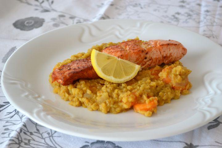Bylinkový losos a kaša z červenej šošovice: Tip na rýchly zdravý obed.