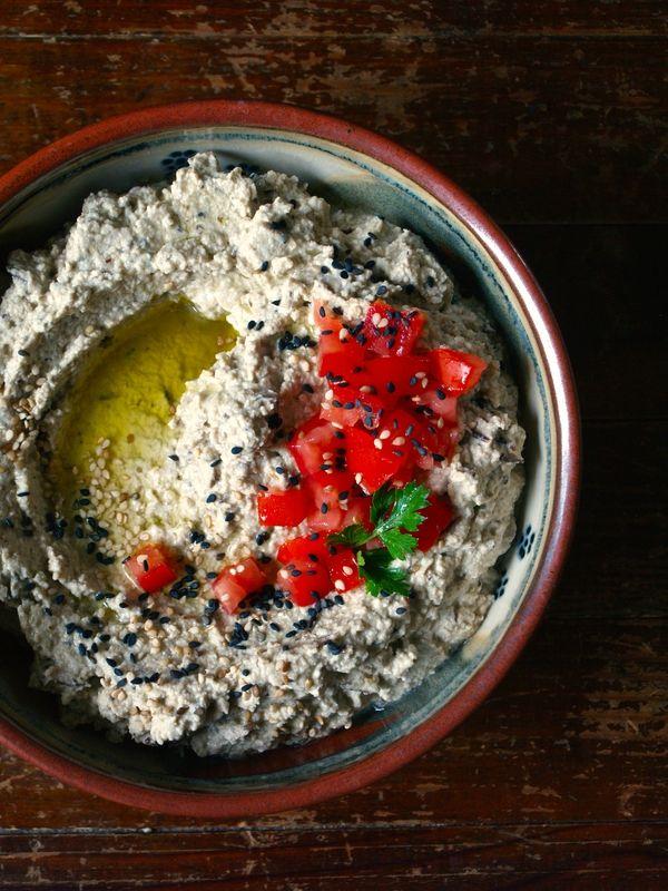 Baba ganoush (caviar d'aubergine libanais). 2 aubergines moyennes 3 gousses d'ail 100 g de tahin (purée de sésame) 10 cl de jus de citron fraîchement pressé 10 cl d'eau (filtrée si possible) 1 cs d'huile d'olive vierge de première pression à froid 1 cc de sel de l'Himalaya