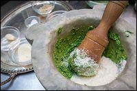 PESTO GENOVESE. PROPORZIONI: 50 gr di foglie di basilico DOP. 2 spicchi d'aglio 15 gr di pinoli. 70 gr di Parmigiano Reggiano. 30 gr di Pecorino sardo. 100 ml di olio extravergine di oliva ligure. Un pizzico di sale marino grosso. Dal Consorzio del pesto genovese. PER CONSERVARE a lungo, sterilizzare.