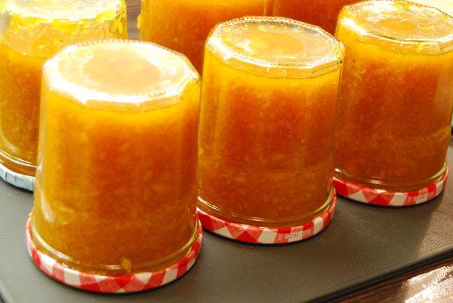 Cukor és tartósítószermentes sütőtöklekvár - Hozzávalók:  1 kg sütőtök (tisztán mérve, héj, és magok nélkül!) 2 narancs leve 4 db narancs héja felkockázva 2 db narancs húsa 2 dl 100%os almalé 1 csapott mokkáskanál agar-agar (vagy bármilyen természetes zselésítőszer) pár csepp vérnarancs illóolaj