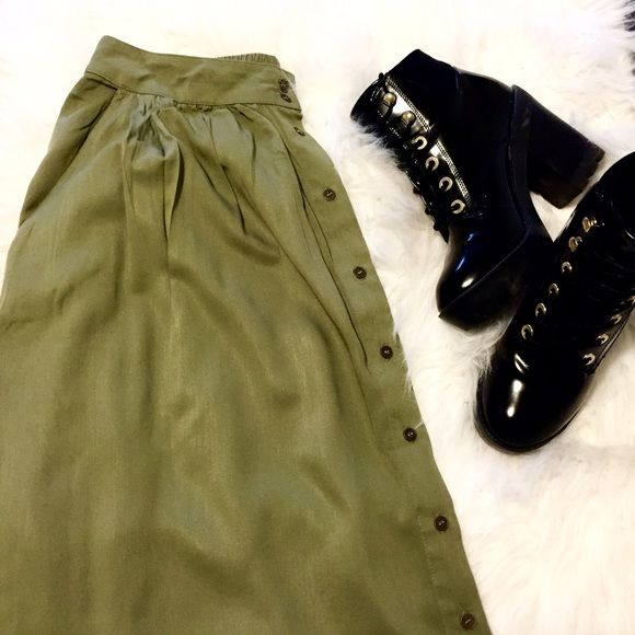 Military skirt Super chic skirt ! It's xs but this fits me perfect, I'm medium ! Forever 21 Skirts Midi