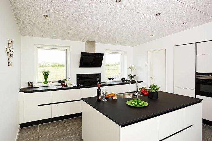 Hvidt køkken med mørk bordplade #huscompagniet #inspiration #indretning #husbyggeri #indretning #nybyg #husejer #nythus #typehus #køkken
